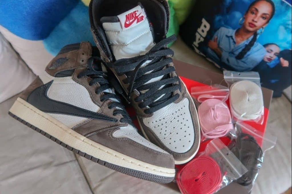 Should sneaker releases include multiple lace colors?